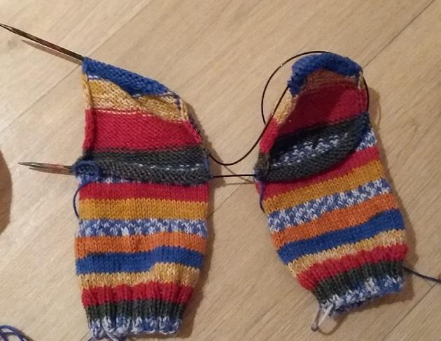 twee sokken breien op een rondbreinaald