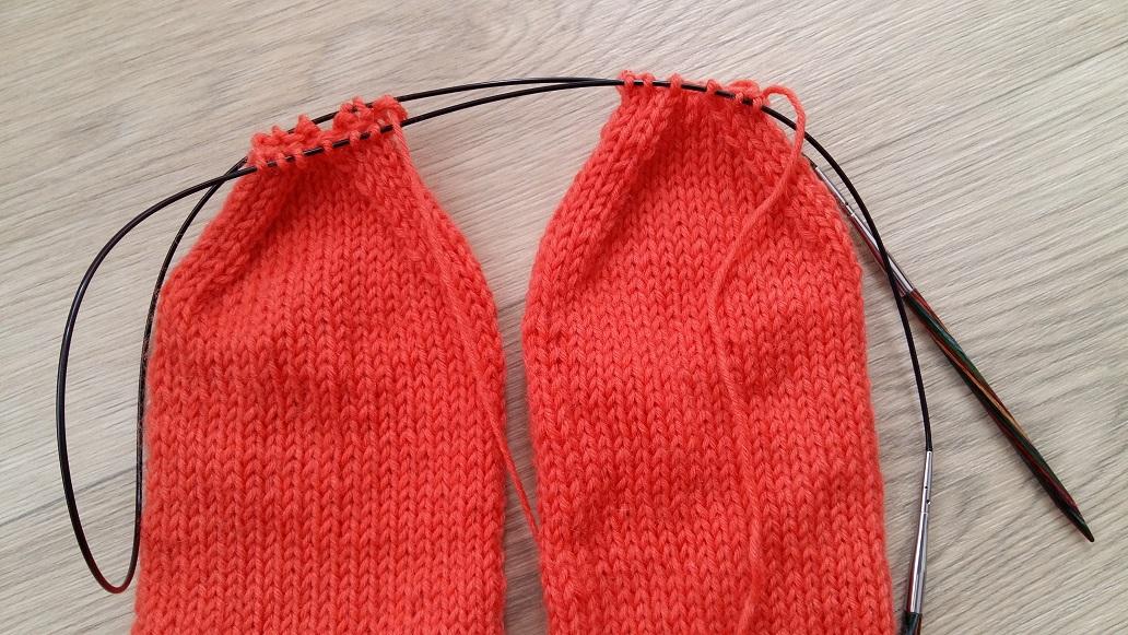 Twee sokken tegeijk breien